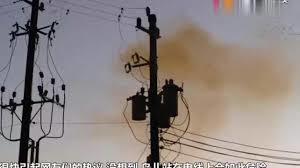 ♥ [影片分享] 鳥群停留在電線上,起飛之時電線瞬間爆炸,鏡頭拍下整個過程.jpg