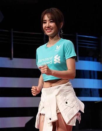 ♥ [影片分享] 「亞洲舞娘」不是白叫的!蔡依林牛仔褲只有5cm, 全靠腰間外套,穿衣風格新潮大膽:我就喜歡這樣的.jpeg
