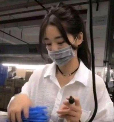 ❤ 打工妹「廠花」走紅,摘下口罩瞬間,網友:還是把口罩帶上吧!.jpg