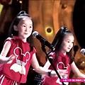 雙胞胎小姐妹合唱經典民歌,驚艷全場,太可愛了.jpg