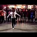 美女廣場一支鬼步舞,全場腳步都停了!這是要飛起來了嗎.jpg