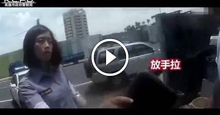(正妹員警)屁孩闖紅燈怒敲機車最後GG了網友:好美,看的好爽!.jpeg