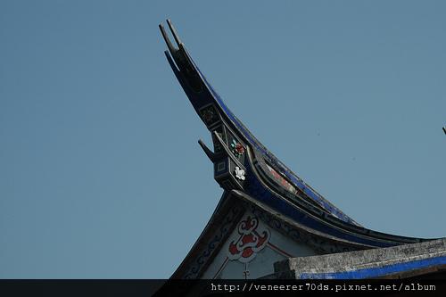 兩廳的屋脊皆採俊翹的燕尾造形,這也是官宦人家才得以享有的建築尊榮。