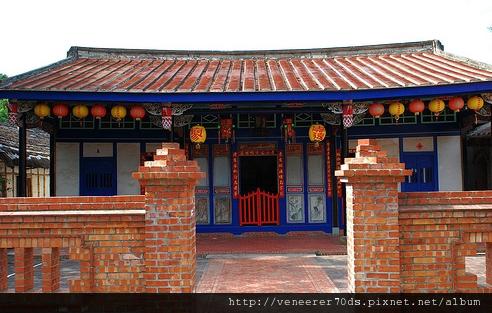 嘉義市葉庭獻氏創建,為木造一條龍,三間起建築,門前樑棟木雕彩繪頗為精細