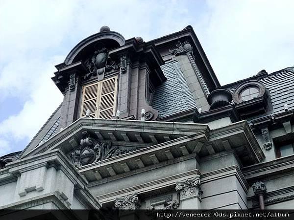 馬薩式(Mansard)屋頂,由石板及銅板鋪設而成
