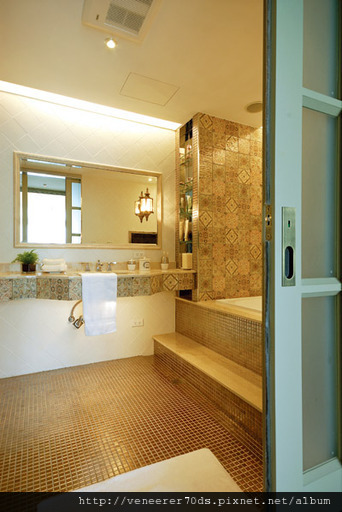 主臥衛浴空間非常寬敞,鋪貼上仿古花磚的洗手檯、壁面,讓人一走進即感受濃厚的歐式氣息,浴缸採台階式 線設計,為屋主創造出有如公主般沐浴的高貴情境。