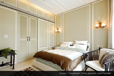 主臥室刷飾灰綠色調,簡化後的古典線板,搭上天花板細膩的花紋線板,達到現代與古典的平衡。