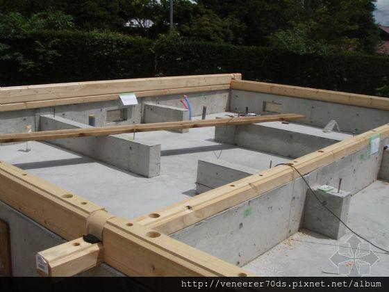 钢筋混凝土条形基础的里侧地面现场浇筑了混凝土