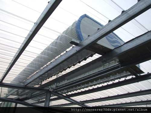 溫室頂部的通風塔可有效排熱