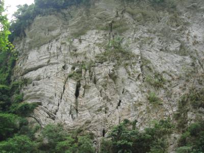 05 去程-砂卡礑溪旁石壁.jpg