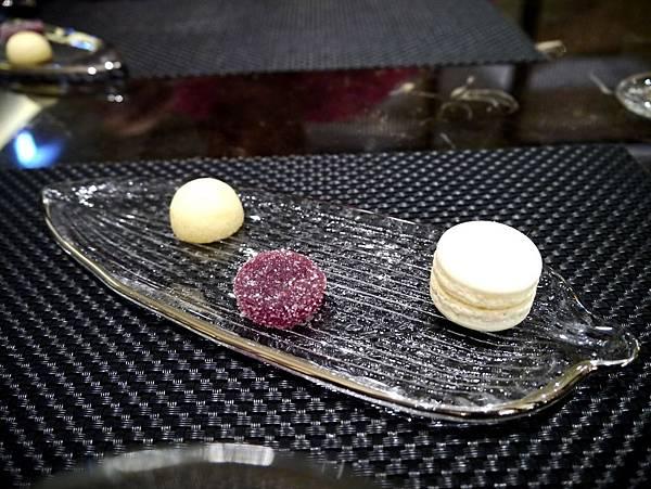 甜點-杏仁鬆糕,覆盆子軟糖,馬卡龍-德朗-2014.3.19.JPG