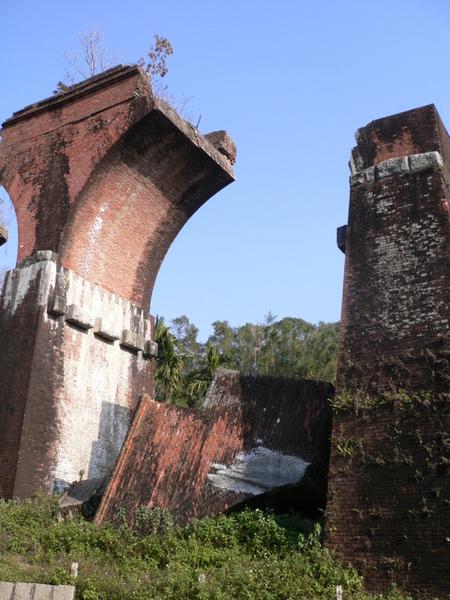 段落的橋面與橋墩