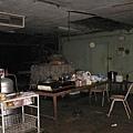 陰暗的廚房兼餐廳...