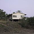 Chen一家就住在斜坡上的小房子裡