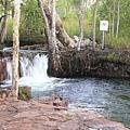 可以坐在瀑布下享受天然spa喔~.JPG