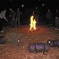 晚上就這樣圍著營火習地而睡