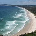 一波波的海浪拍上沙灘