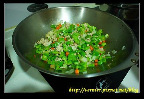 放入蔬菜翻炒2