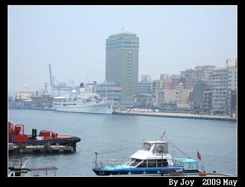 一出火車站就會看到長榮桂冠酒店