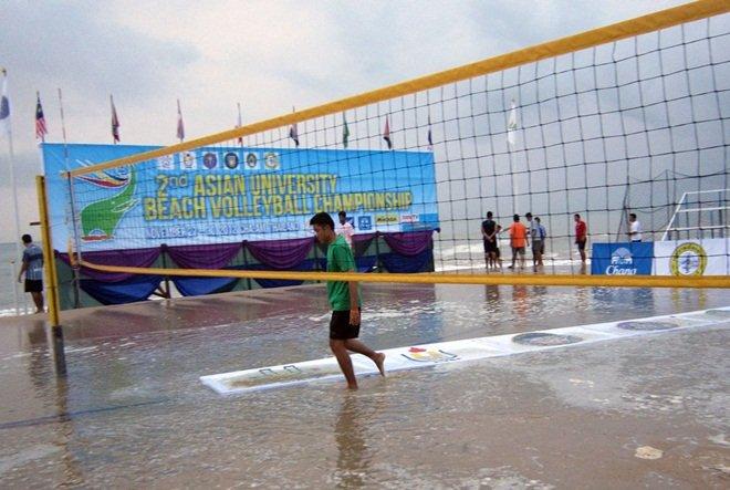 海浪襲擊排球場