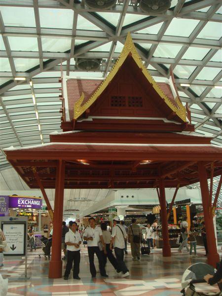 曼谷機場免稅大街的裝飾,再這邊短暫停留一小時再出發