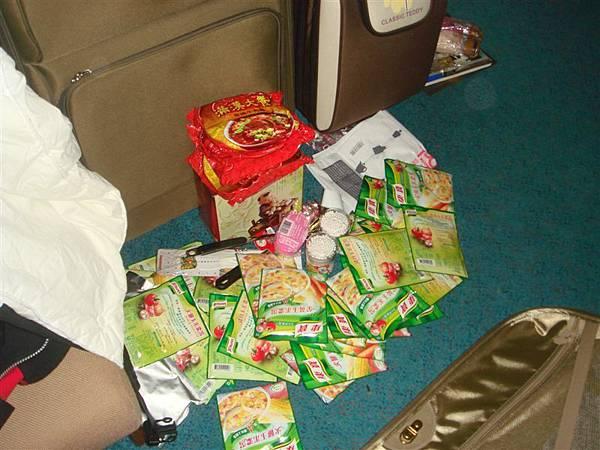 回到宿舍後,開始拆卸行李