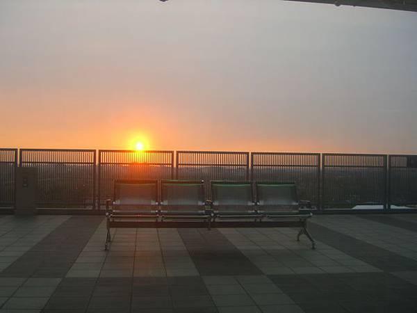 座乘高鐵向外看見太陽下山時
