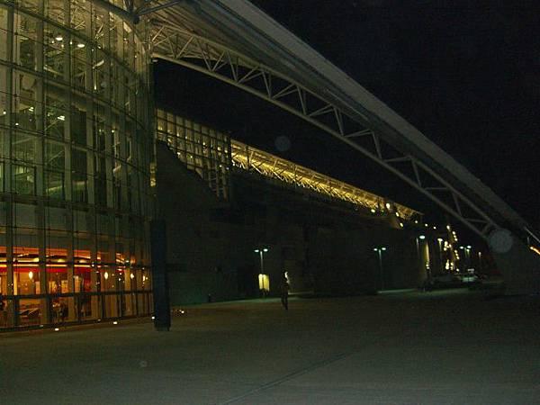 高鐵新竹站長廊,晚上來這散步也是不錯的選擇