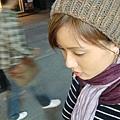 仁寺洞晚上真他媽的冷,冷到我要在路邊買毛帽保暖...