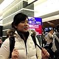 在機場等著辦理手續