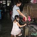 玟玟跟媽咪在幫忙做事