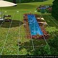 白天泳池旁的造景-是仿某戲劇男主角家庭院造景.相似度90%.可惜市小人無法坐在水造景上;相依偎泡腳0.0~