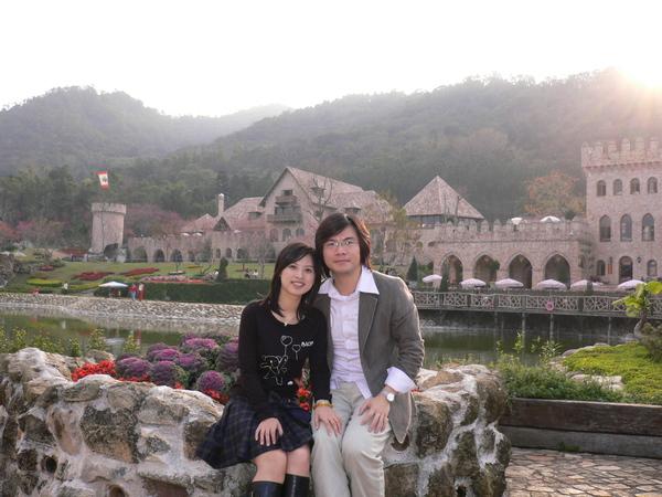 林先生陳小姐坐在石頭上