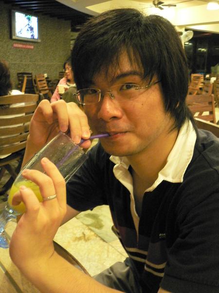 粉泡ㄉ果汁拔拔還是喝ㄉ津津有味