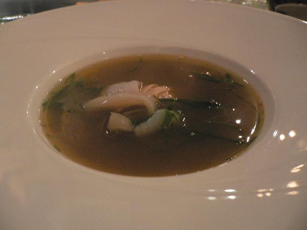海鮮湯是端上盤後再淋上的