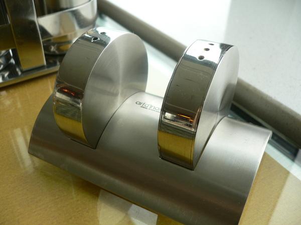 桌上的胡椒跟鹽罐超Q 不銹鋼材質又呈現科技感