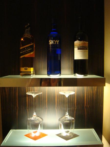 吧檯兩側的調酒