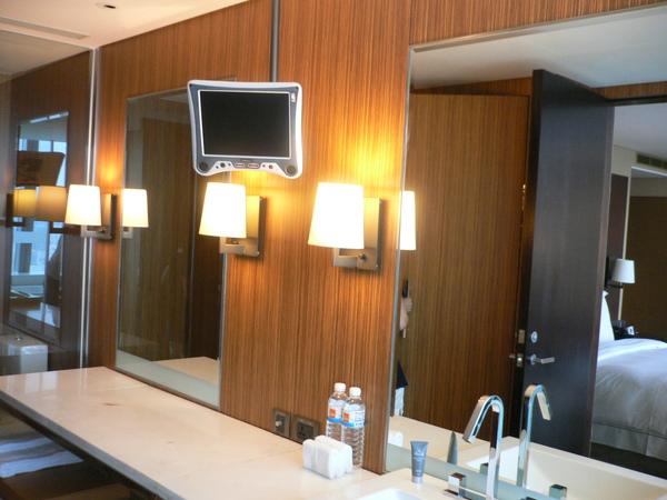 乾溼分離的衛浴 梳妝台上還有台小電視