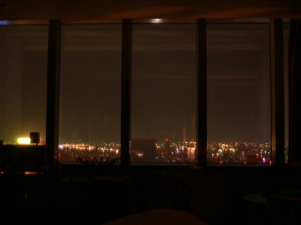 午夜2時~窗外依舊霓虹閃爍