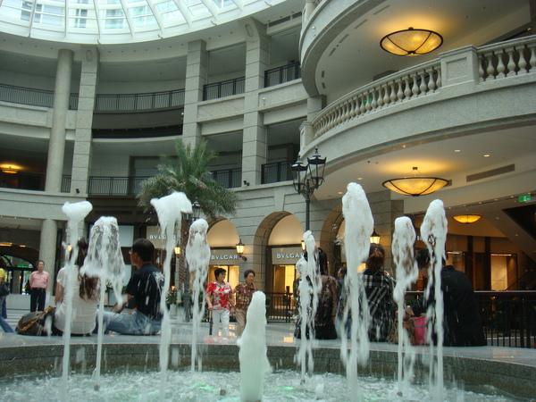 兩邊各有一個噴泉
