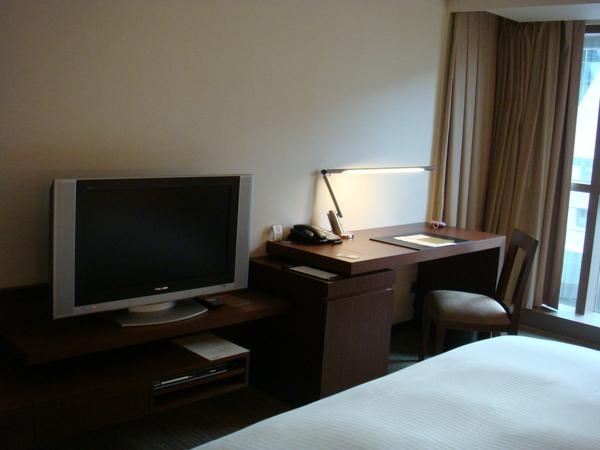 床前的電視與書桌