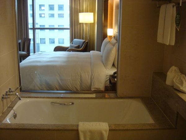 從衛浴往外看房間