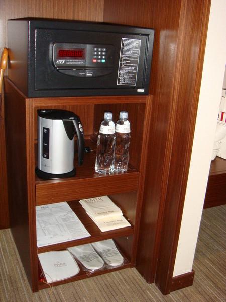 衣櫥裡的保險箱與矮櫃