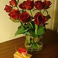 吃完晚餐回房間發現一盆玫瑰花跟一盒巧克力^^