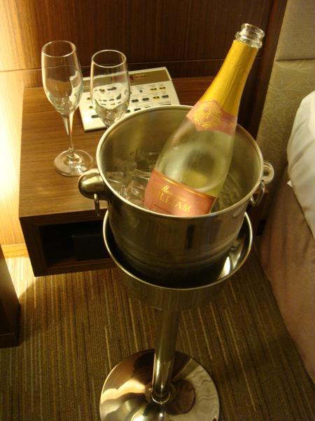 剛剛沒喝完的香檳送到房間來繼續享用