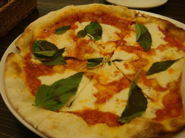 PIZZA選了瑪格列特番茄起司比薩