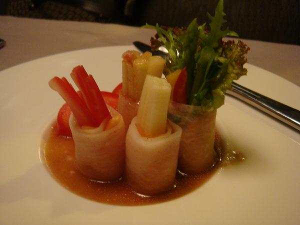 鮭魚捲沙拉好吃 醬汁酸酸甜甜非常爽口