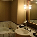 共有兩間浴室(客廳一間 臥房一間)