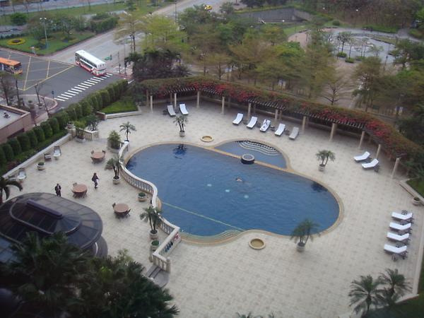 窗外眺望泳池