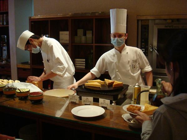 外國主廚正在做法式吐司
